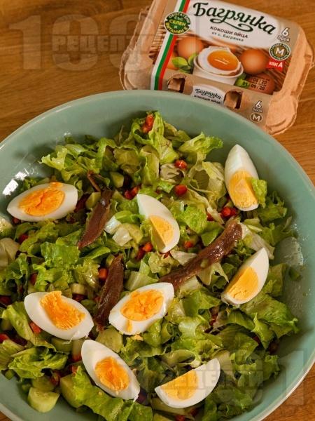 Зелена салата Кан с чушки, каперси, аншоа и варени яйца - снимка на рецептата